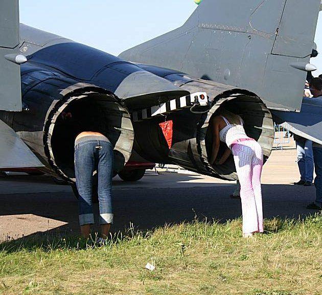 Две девушки залезли в самолёт