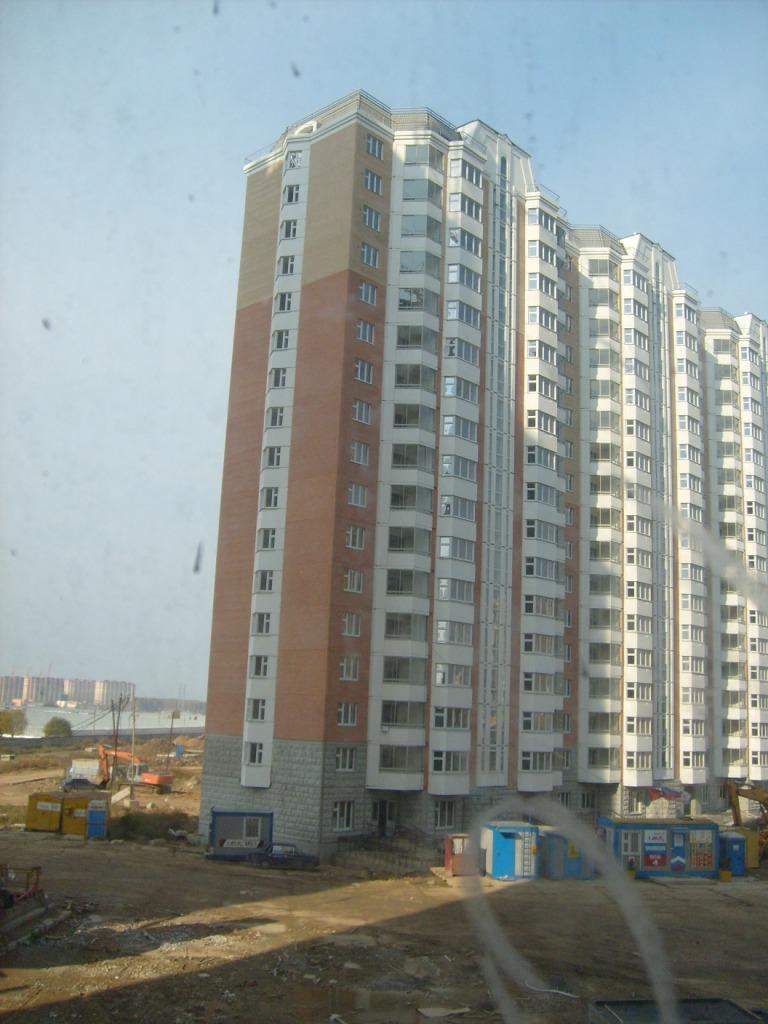 Вид из немытого окна на 14 корпус 1 квартала (домик серии П-