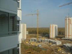 Вид с балкона на то, как они строят