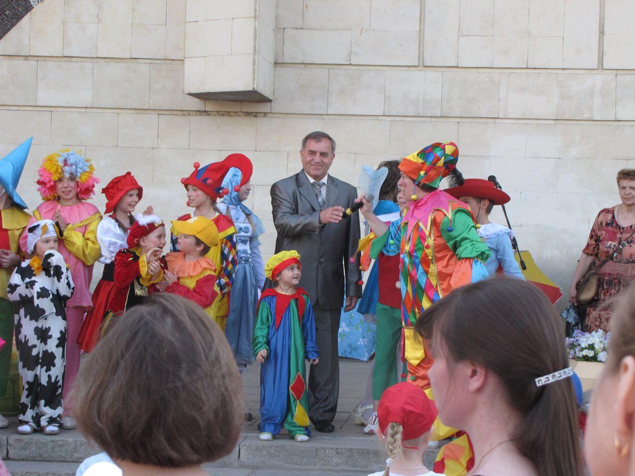Смолий С.И. поздравляет детей с праздником