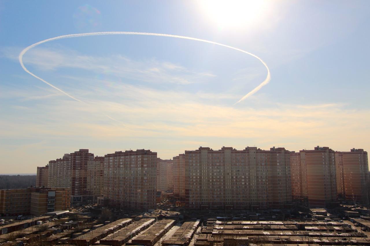 Начертил на синем небе быстрый самолёт