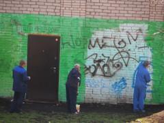 Работники МОЭК закрашивают граффити на ЦТП в 1 мкр.