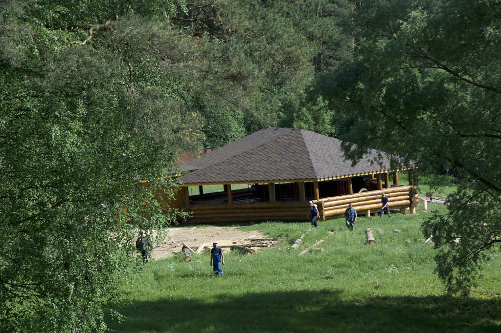 Шатер на берегу реки Ликова из деревьев парка