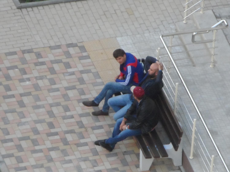 5 мкр. г. Московский, джамшики смотрят за новосёлами (кто какое добро и в какую квартиру)