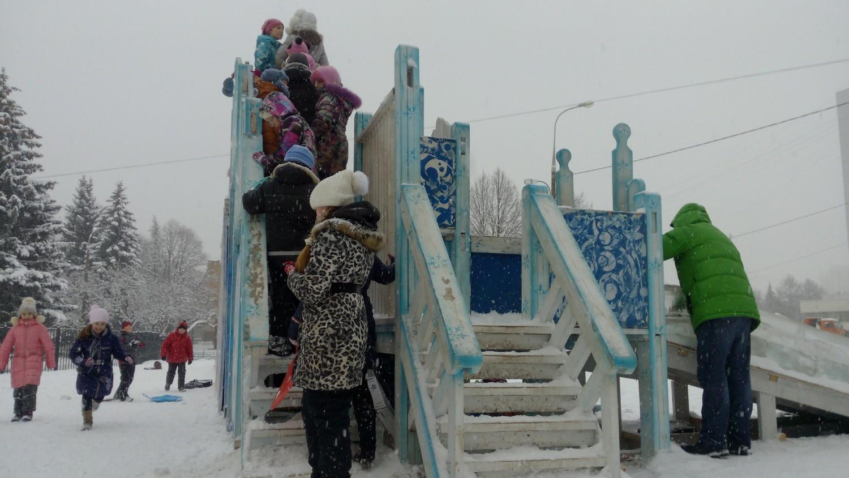 Очередь на (Ледяную горку (между ДК и школой № 1))