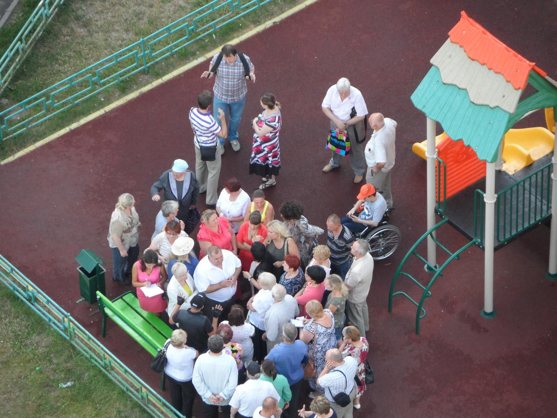 18-00, 17.07.2014 г., знакомство нового главы администрации с жителями 1 мкр. между 42 и 34 домами