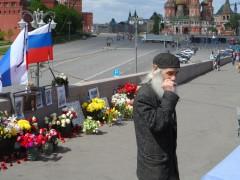 Цветы, фотографии, флаги и бомжи на месте убийства Немцова (12.05.2015 г.)