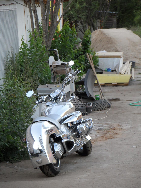 "Мотоцикл на стройке многоцелевого досугового дворика ""Забава"" в Валуево"