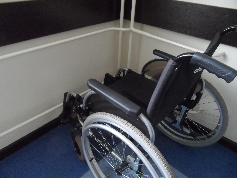 Кресло для малоподвижного населения новой поликлиники в 3 мкр.