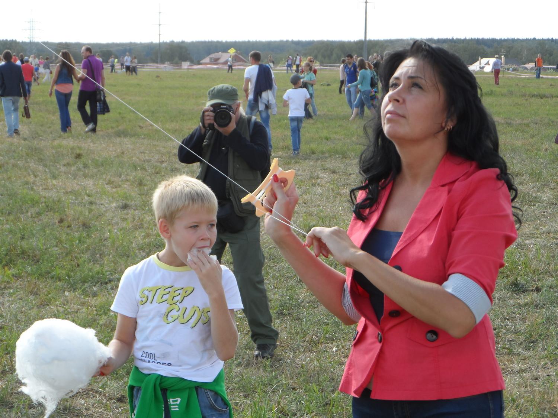 Родители отбирали у детей воздушных змеев, путём подкупа )