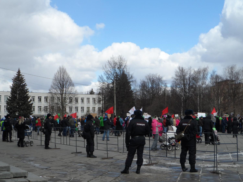 Март 2015 г., митинг на центральной площади г. Московский, в защиту леса.