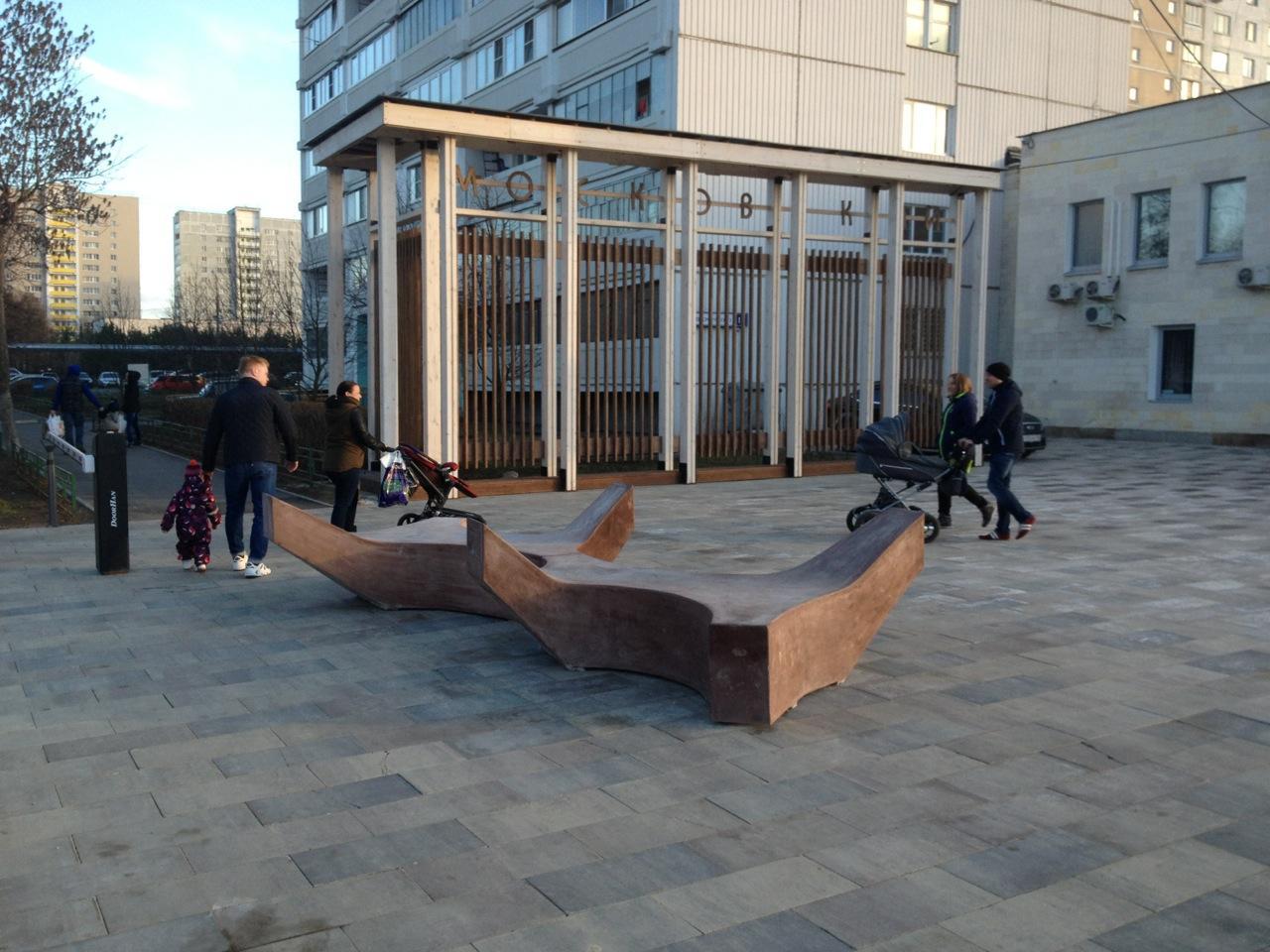 Противотанковые ежи около Администрации поселения Московский