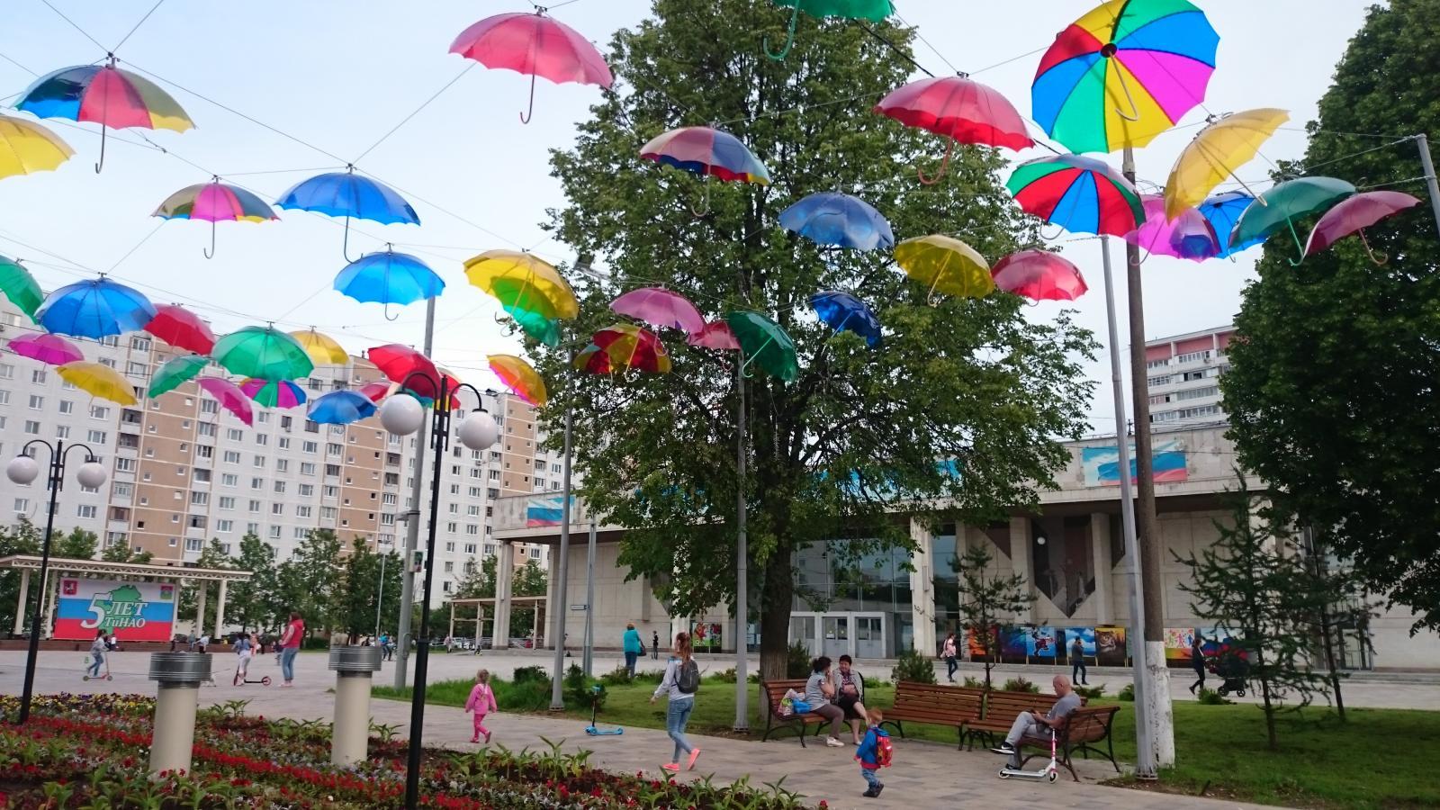 Разноцветные зонтики для поднятия настроения жителей этим дождливым летом