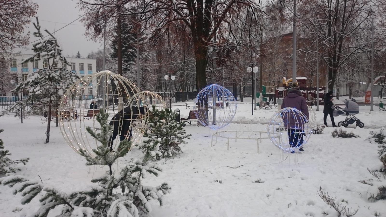 Установка новогодних украшений на площади у ДК